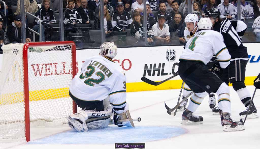 Mike Richards opens scoring in first